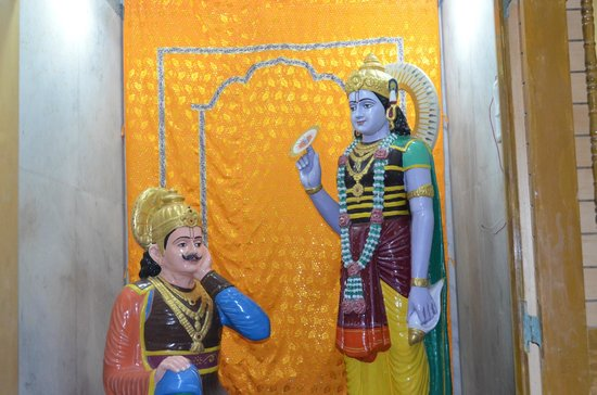 Dwarka, Индия: Idol of Lord Krishna preacing Bhagavadgita to Arjuna