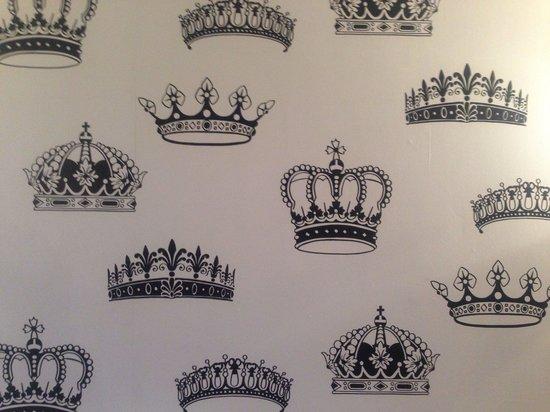 The Queen's Inn Restaurant: Can't not love the wallpaper !!
