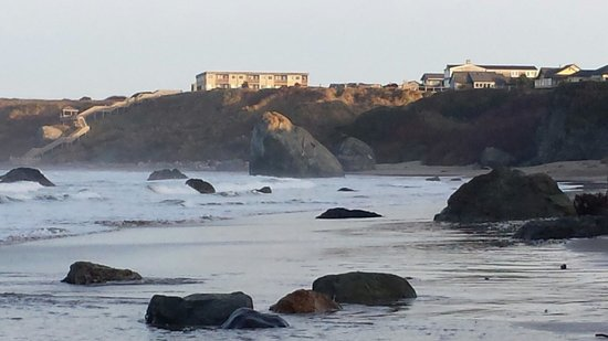 Bandon Beach Motel: The hotel is on the bluff to the left