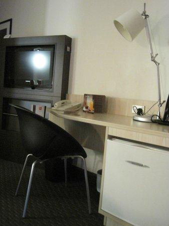 ibis Wellington: Desk/TV