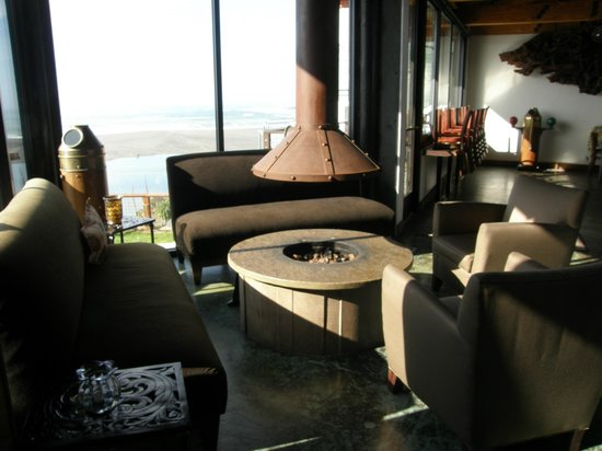 Shoreline Restaurant : Cozy waiting area between the bar and restaurant