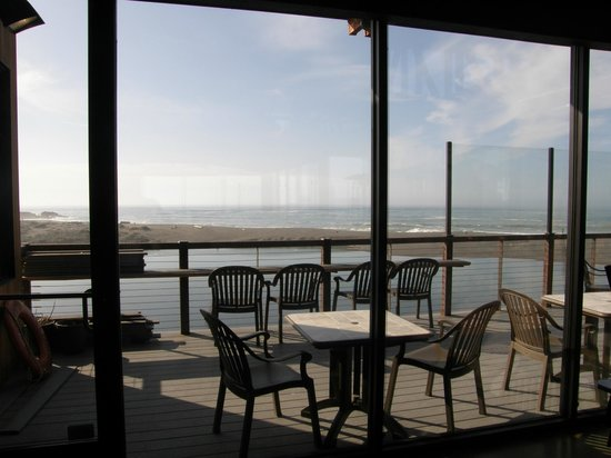 Shoreline Restaurant : Inside the restaurant, looking out - wow!