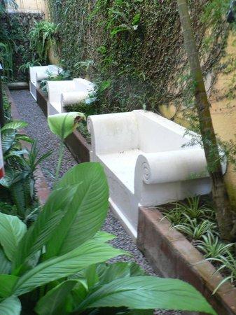 Hotel Posada Del Hermano Pedro: bancs de pierre