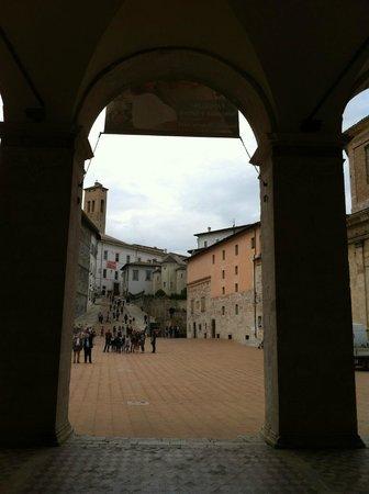 Piazza del Duomo: La piazza da un'arcata del portico del Duomo