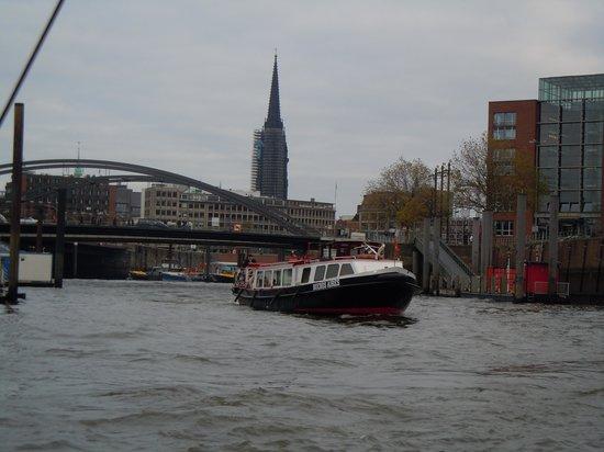 Landungsbrücken: Boat cruise ride
