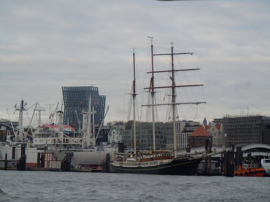 Harbor Piers : Busy port