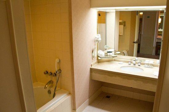 Banheiro espaçoso com chuveiro e banheira separados  Foto de Hotel Hyundai  -> Banheiro Com Banheira E Chuveiro Separados