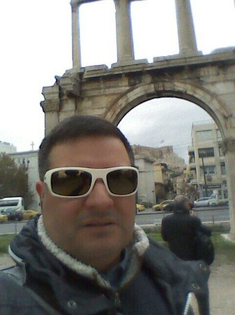Arch of Hadrian (Pili tou Adrianou): Hadrians's Gate....can you ser the acropolis in the background? Amazing