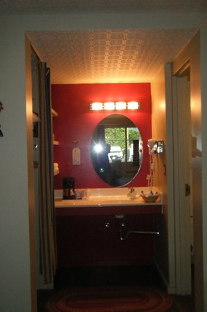 Farmer's Daughter Hotel: Looking at the vanity leading to the bathroom!