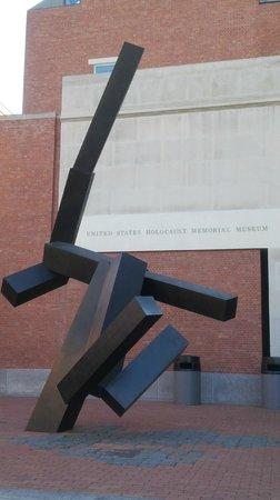 Museo Memorial del Holocausto de Estados Unidos: Outside the US Holocaust Museum