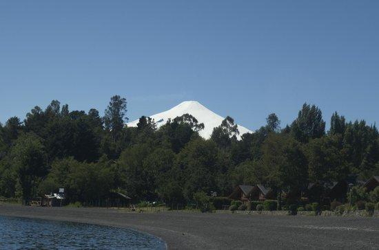 Cabanas Azul del Parque: volcan desde la orilla del lago