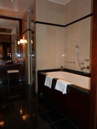 Hotel Adlon Kempinski: the bath
