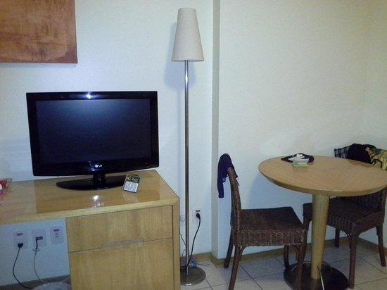 Quality Hotel Fortaleza: Tv e mesa de alimentação