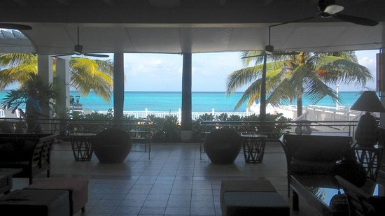 Royal Decameron Montego Beach: Hotel lobby looking at the ocean