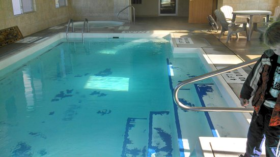 Days Inn Toledo Airport: Pool surface in bad shape
