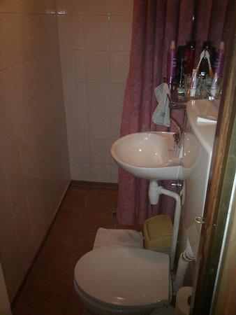 Hotel Nadia : biggish bathroom behind little cupboard door
