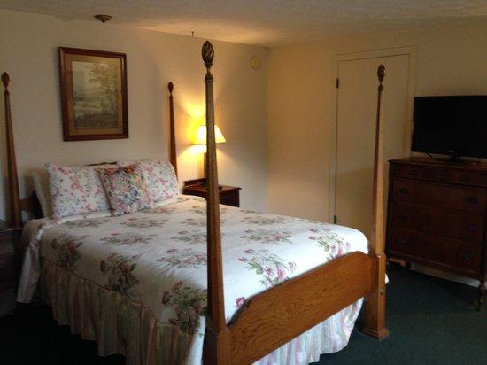 White Columns Motel: Queen Bed Guestroom