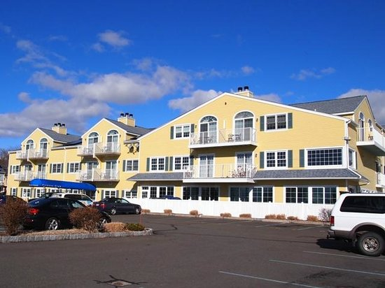 Saybrook Point Inn & Spa: hotel view fromparking lot