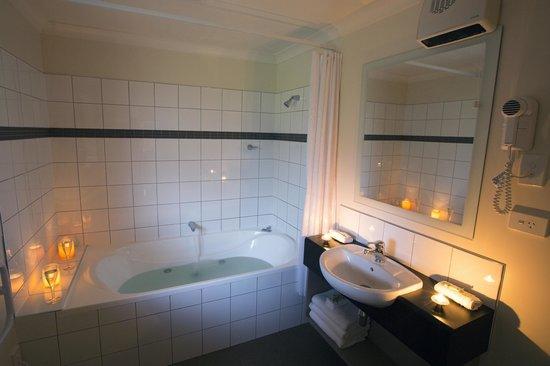 Hot Springs Motor Lodge: Superior Spa Bath bathroom