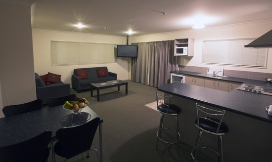 Hot Springs Motor Lodge: Lounge, kitchen and dining area of two bedroom unit