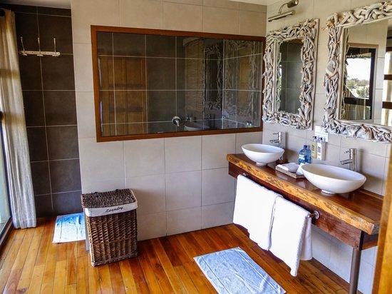 Leroo La Tau: Bathroom