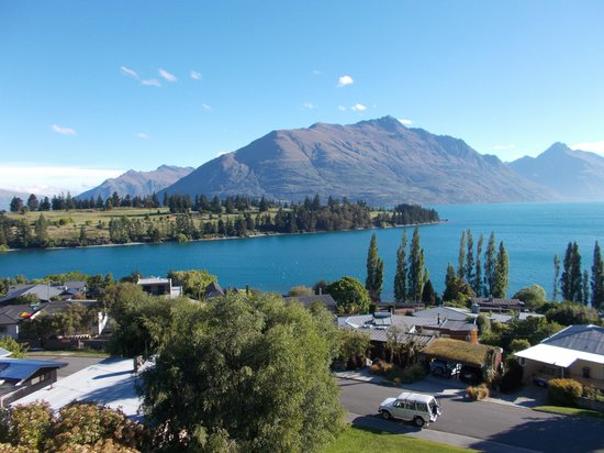 Earnslaw Lodge : Lake Wakatipu and The Remarkables