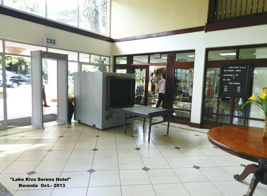 Lake Kivu Serena Hotel: Entrada al hotel