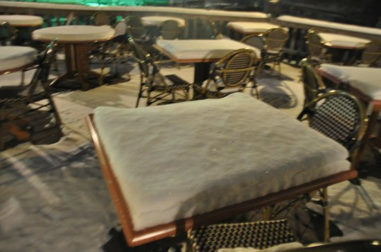 Matunuck Oyster Bar: tables outside Matunuck