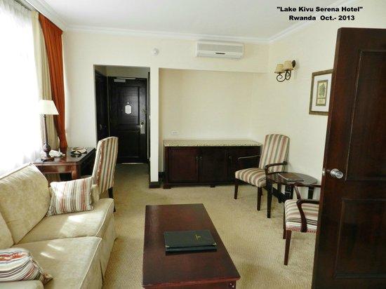 Lake Kivu Serena Hotel: Pequeño living de la pieza