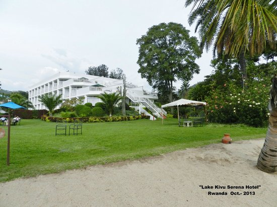 Lake Kivu Serena Hotel: Vista del hotel desde la playa