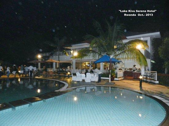 Lake Kivu Serena Hotel: Foto nocturna de la piscina