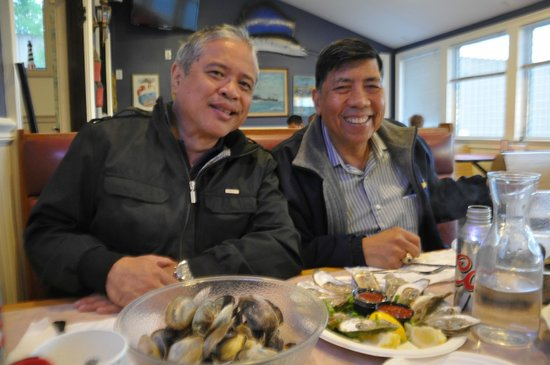 Anthony's Seafood: Enjoying the oysters