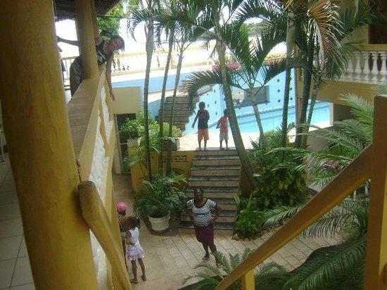 Pousada Raisis: Área da piscina e vista para a praia