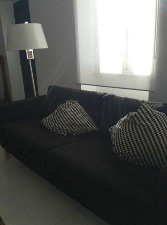 Casa de Ilha: il divano del salotto
