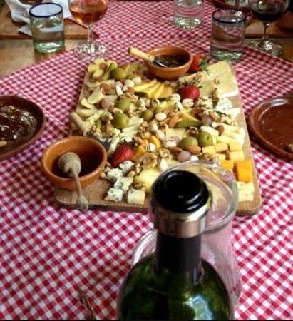 El Artesano Wine and Cheese Restaurant: Fantastic assorted cheese platter at El Artesano