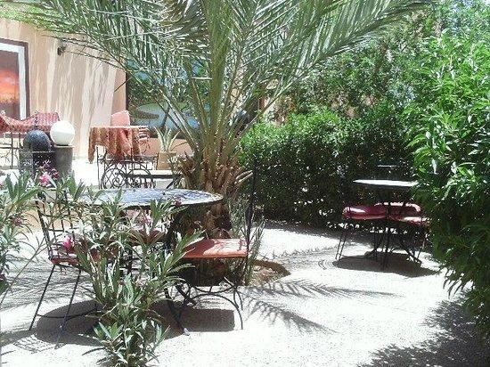 Dakar Restaurant : Placez à l'éxtérieur du restaurant pour boire un café