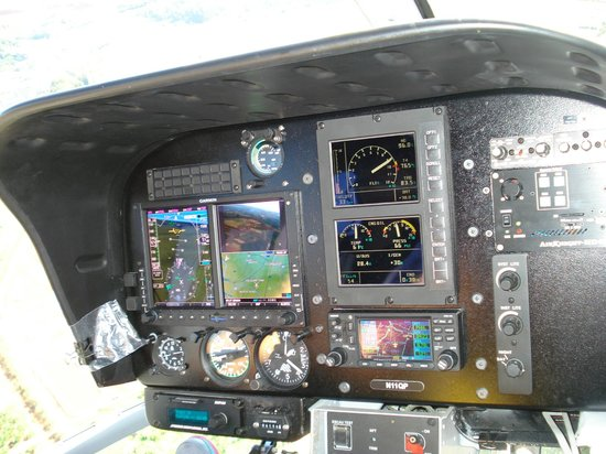 Blue Hawaiian Helicopters - Oahu: Julie's Cockpit (Seat 1 get's this view)