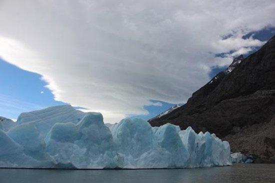 Patagonia Camp: Navigation on Lake Grey