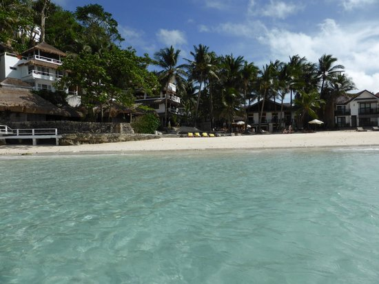 Artista Beach Villas: View looking back at the beach in front of hotel