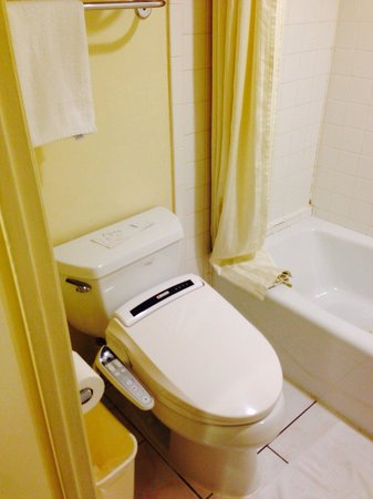 Monterey Park Inn: even the toilet is one of the toilet that pass the American Standard, the flushing pipe that sup