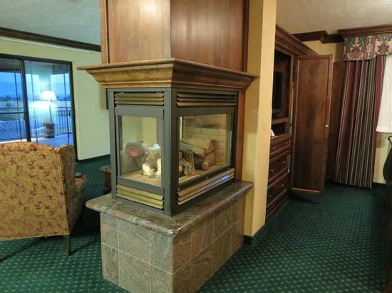 BEST WESTERN PLUS Flathead Lake Inn and Suites : fireplace