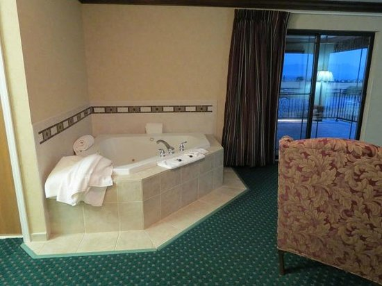 Best Western Plus Flathead Lake Inn and Suites: hot tub and view