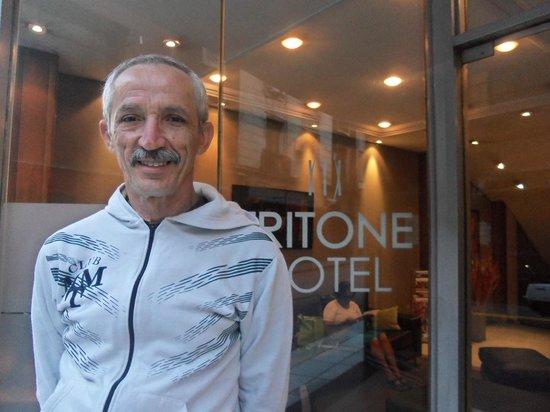 Tritone Hotel: Meu esposo em frente ao Hotel