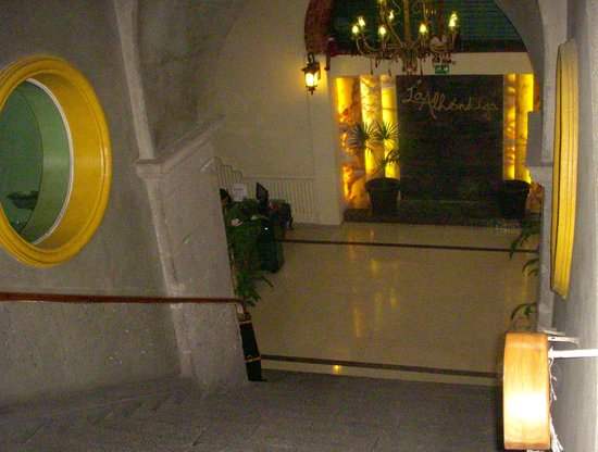 Hotel La Alhondiga : Stairs going down to reception area