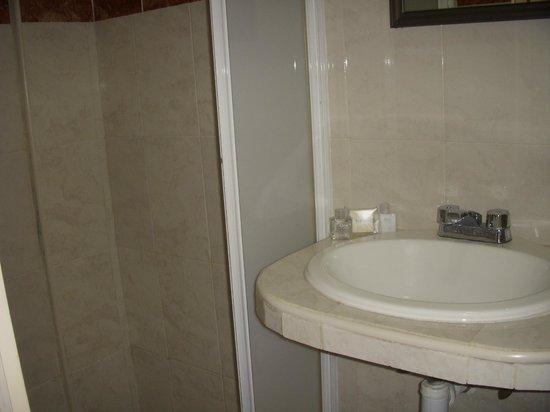 Hotel La Alhondiga : Bathroom - small, but serves its purpose