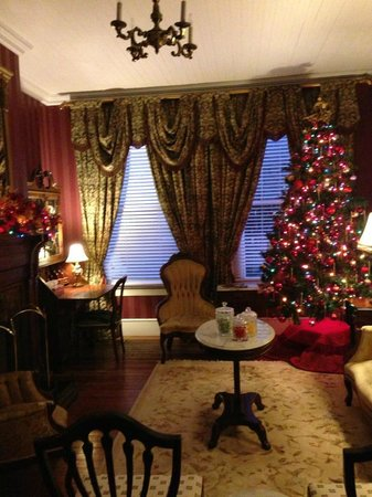 Violet Hill Bed and Breakfast: View of front room of home