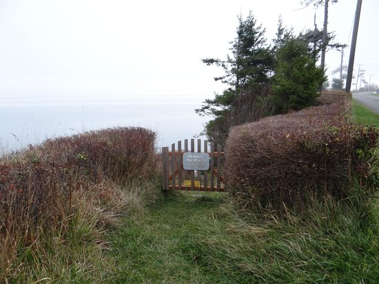Dungeness Bay Cottages: Private access to cobblestone beach