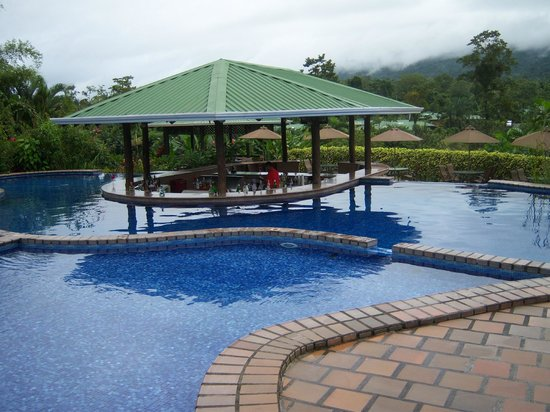 Arenal Manoa Hotel : Cold Pool Swim-up Bar