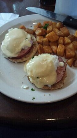 Toast Restaurant: Eggs Benedict with home fries