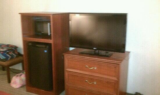 Holiday Inn Express and Suites Independence : microwave, fridge, tv, dresser combo